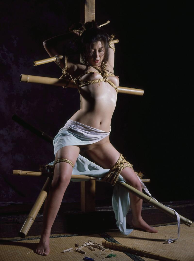 全裸 緊縛 拷問 固定具を使いほぼ拷問のような格好に!