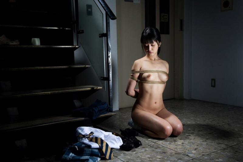 女子校生が全裸にされて緊縛!