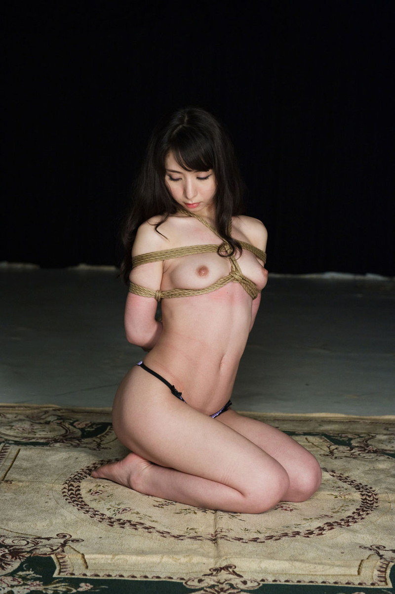 スレンダーな美女の身体を締め付ける縄!