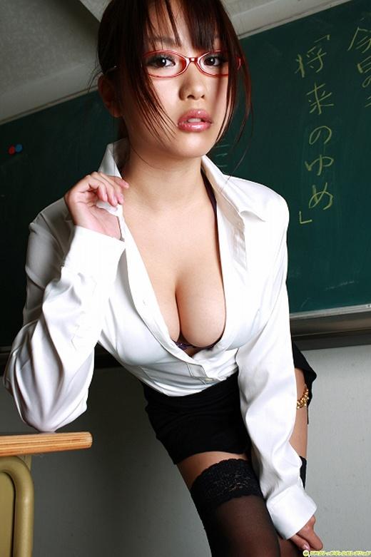 巨乳女教師の谷間で誘惑!