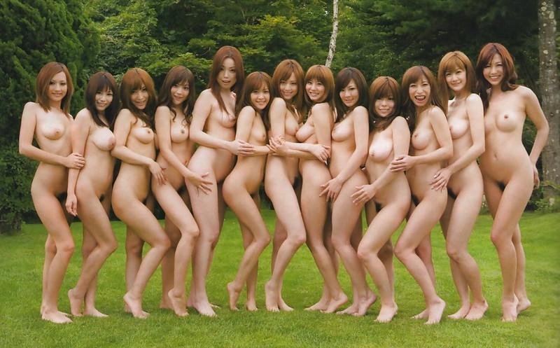 迷うくらい大人数の全裸がここに!