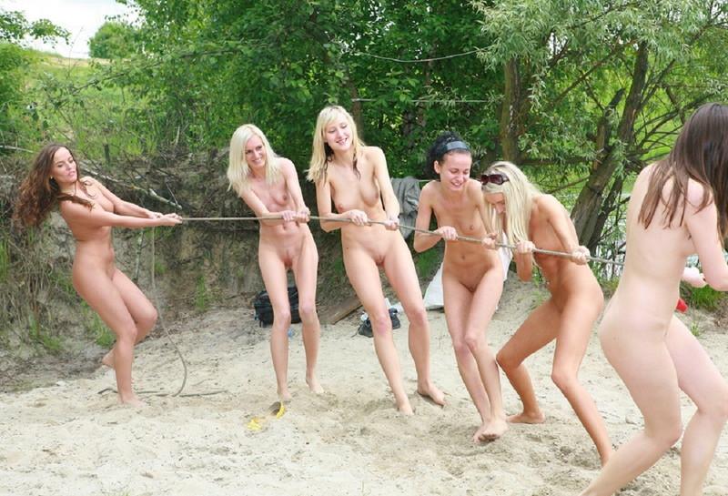 全裸で綱引きする全裸の海外美女達!
