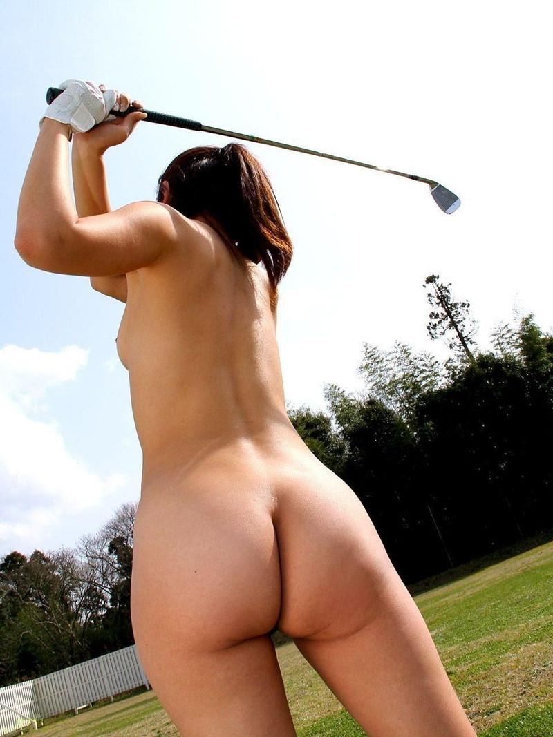 全裸でゴルフするひねる腰がエロすぎ!