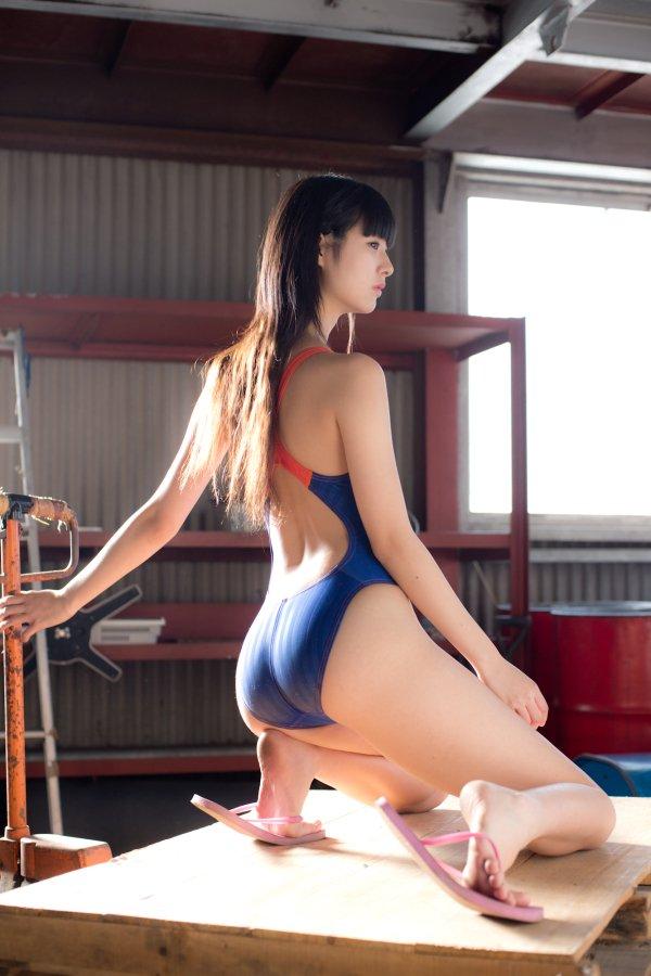 競泳水着の美尻がパツパツ!