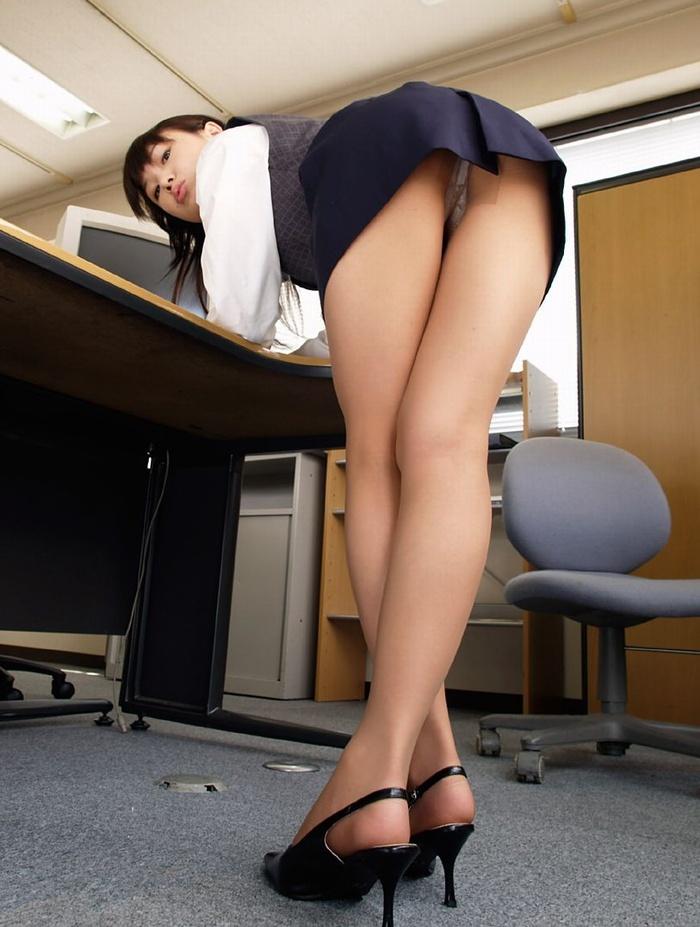 タイトスカートからの誘惑に…