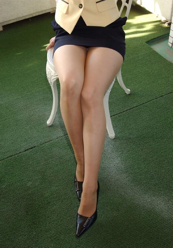 スラッとした美脚がエロいタイトスカート!
