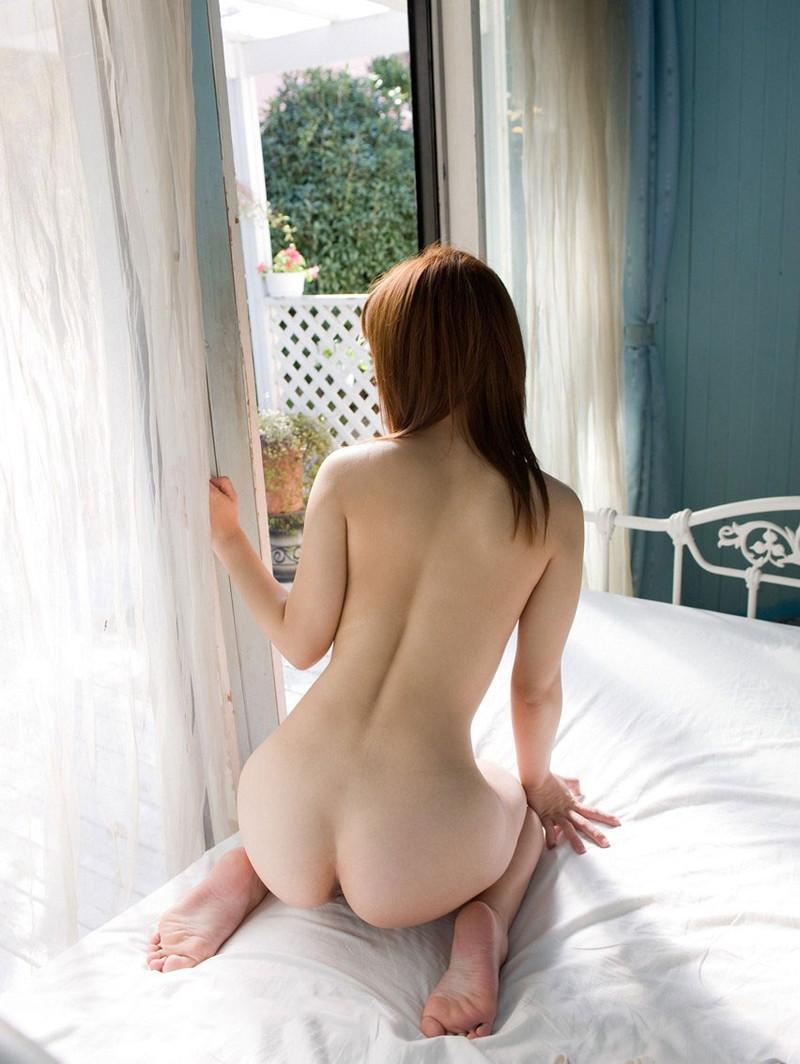 全裸で正座するお姉さん!