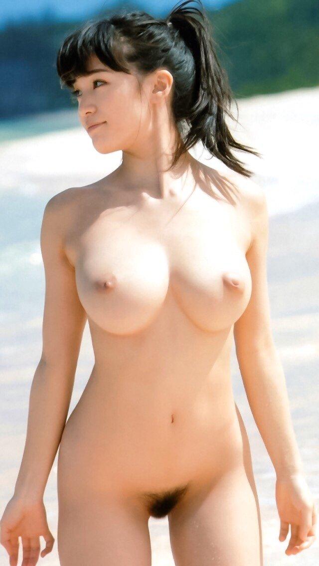 全裸でビーチにいるクビレ美女!