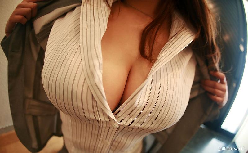 スーツの下のブラウスがはちきれんばかりの巨乳で…