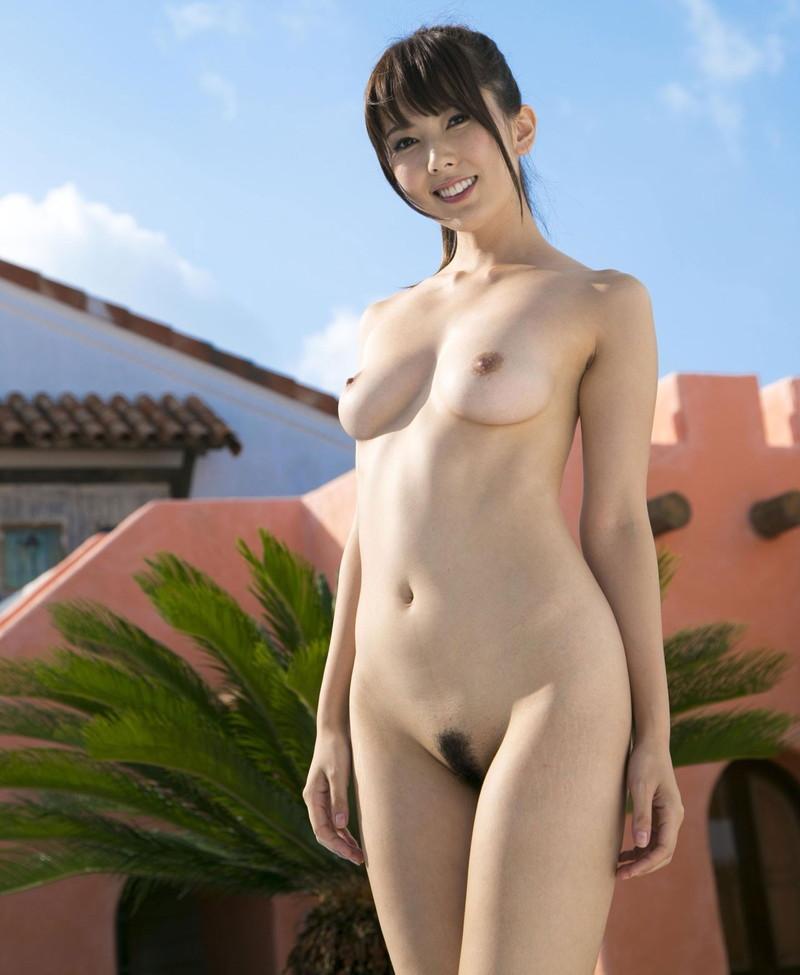美白お姉さんの笑顔で全裸!