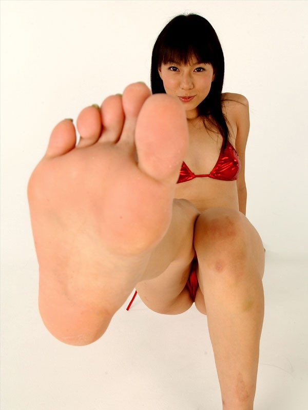 笑顔で足の裏を近づけてるお姉さん!