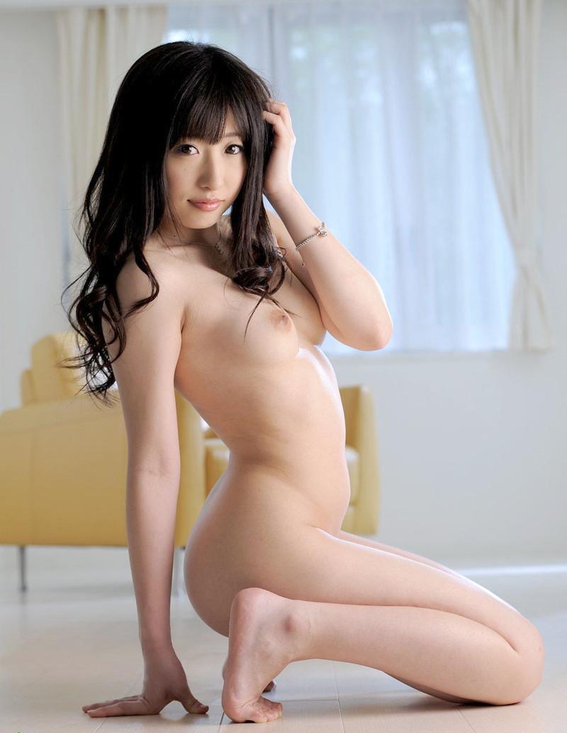 スレンダーなお姉さんのそそる全裸姿!