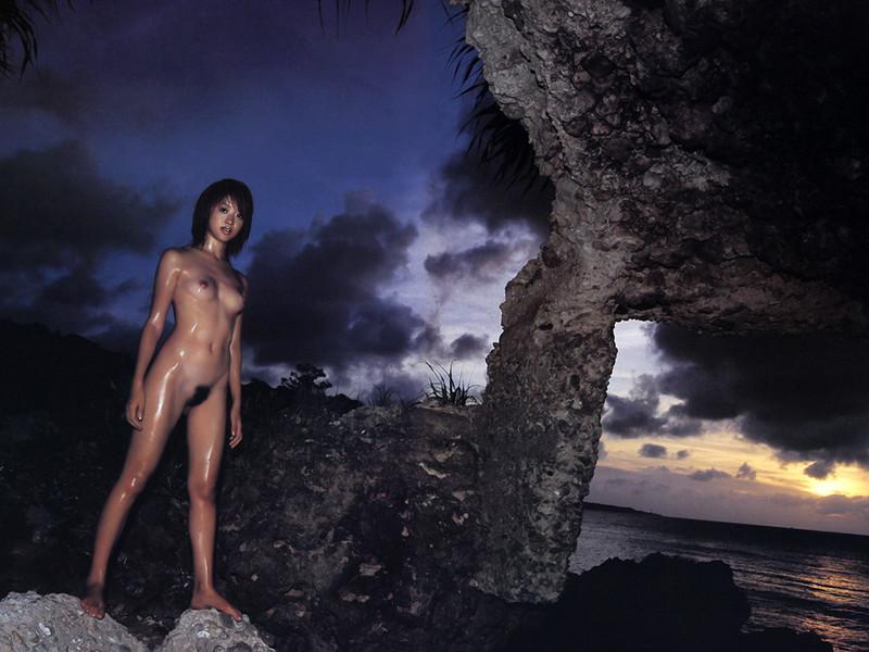 暗闇の中で全裸のお姉さん!
