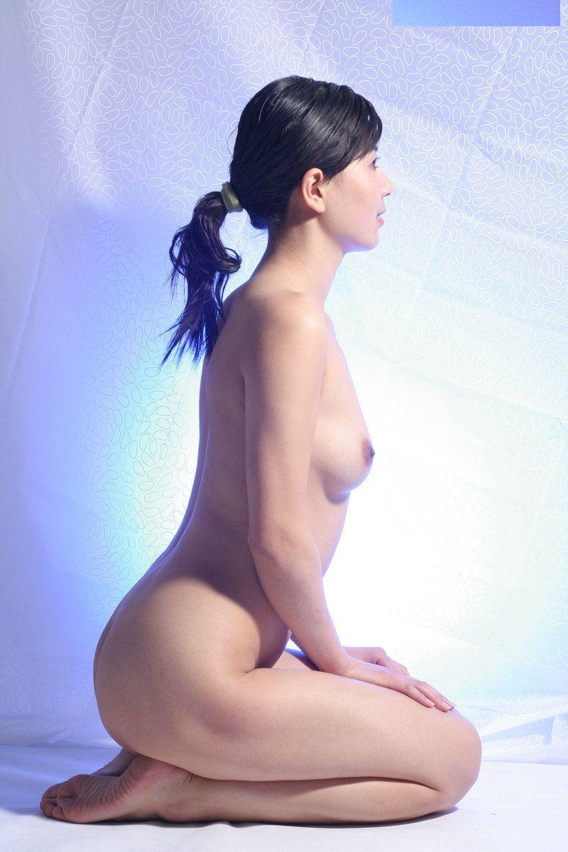 全裸で正座するお姉さんの曲線美!
