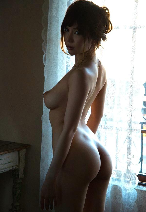 巨乳としなる腰が生み出す曲線美!