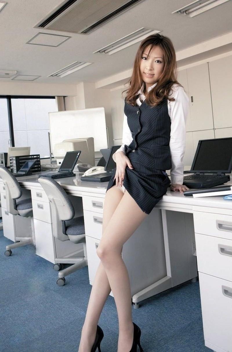 ミニのタイトスカートがエロい美脚OL!