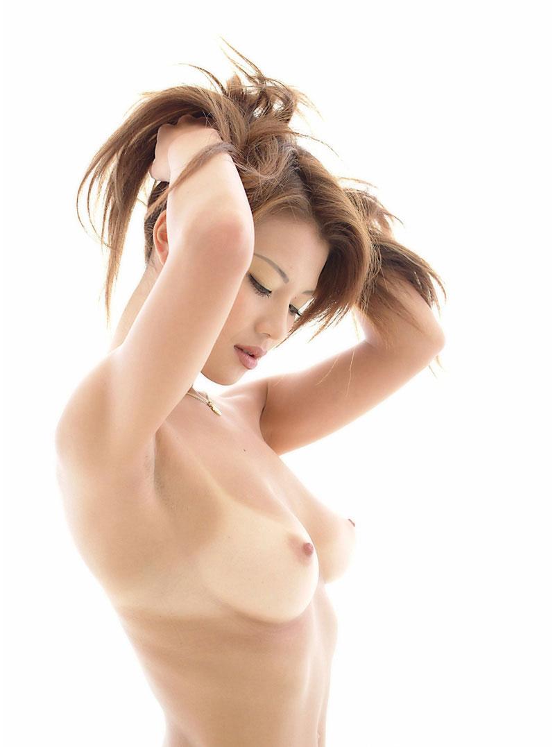 日焼け跡がエロい美乳と綺麗なワキ!