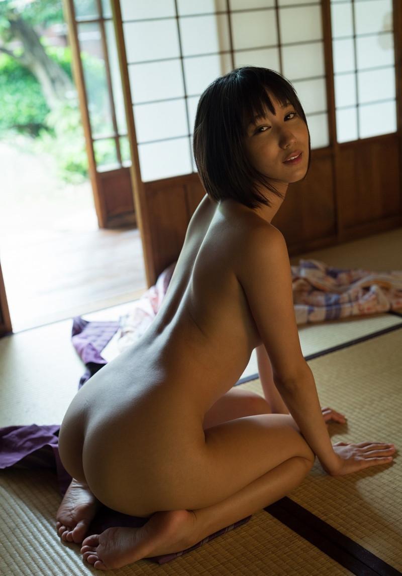 スレンダー美女の全裸正座がエロい!