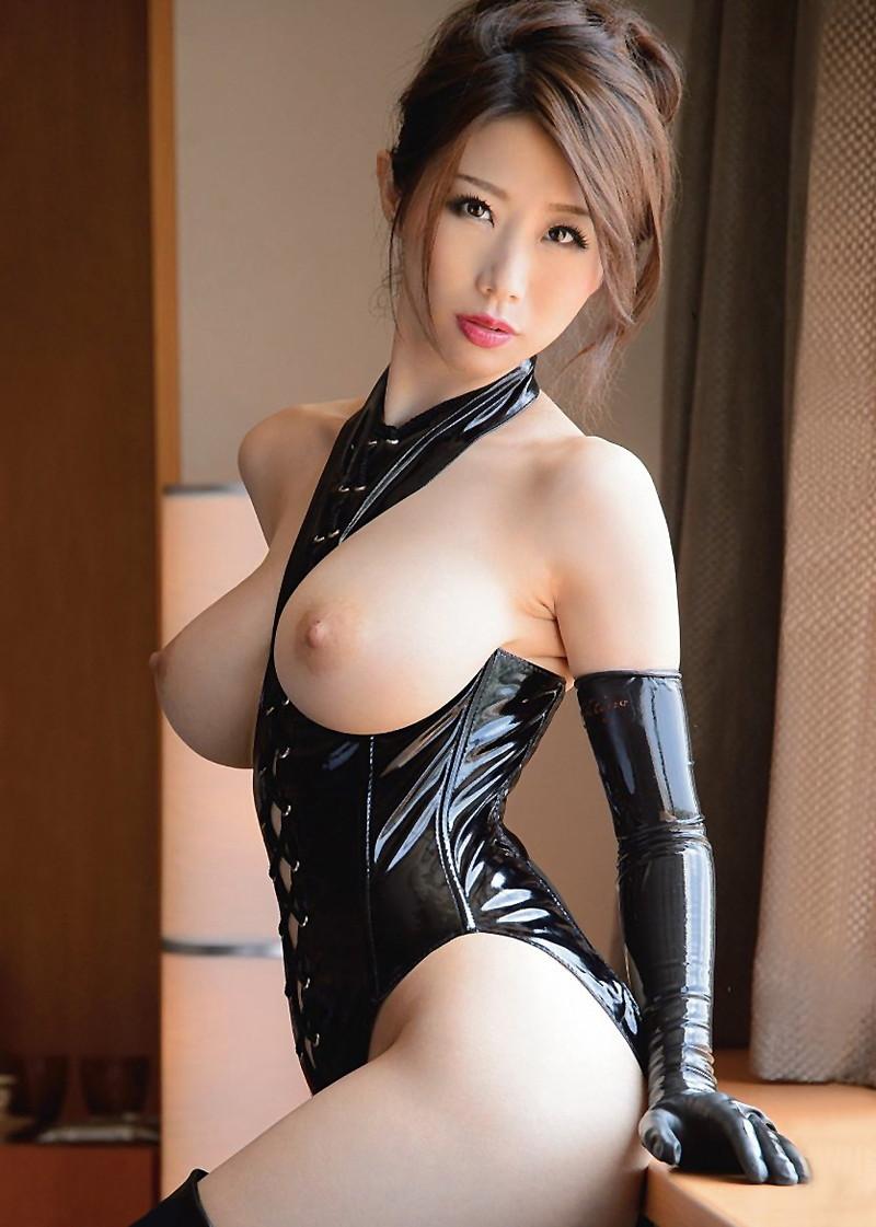 巨乳が強調されたボンテージがエロい篠田あゆみさん!
