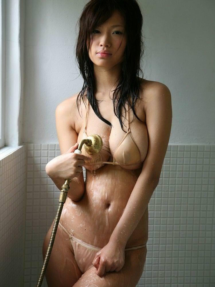 ムチムチのビキニ姿でシャワー!