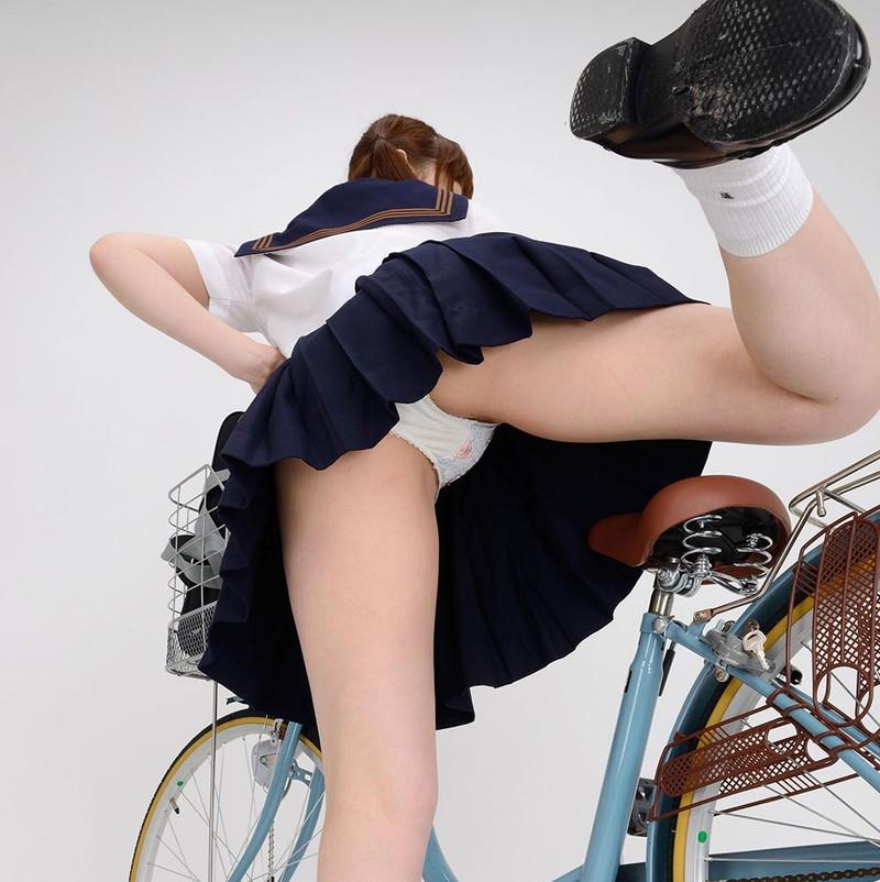 自転車に乗る際のパンチラにはご注意!?