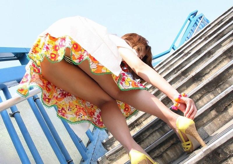 階段での屈みパンチラ!