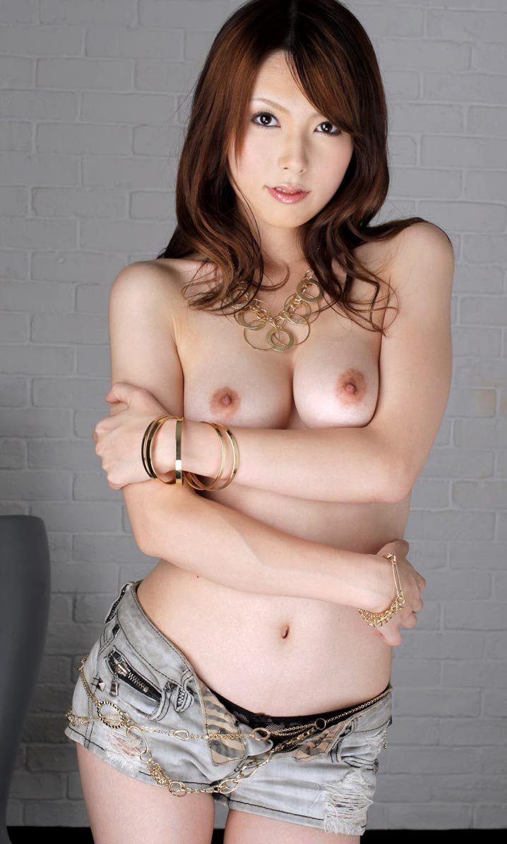 柔らかな巨乳とデニムミニスカートがエロすぎ!