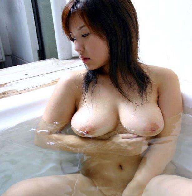 お風呂に浮かぶ巨乳がエロすぎ!