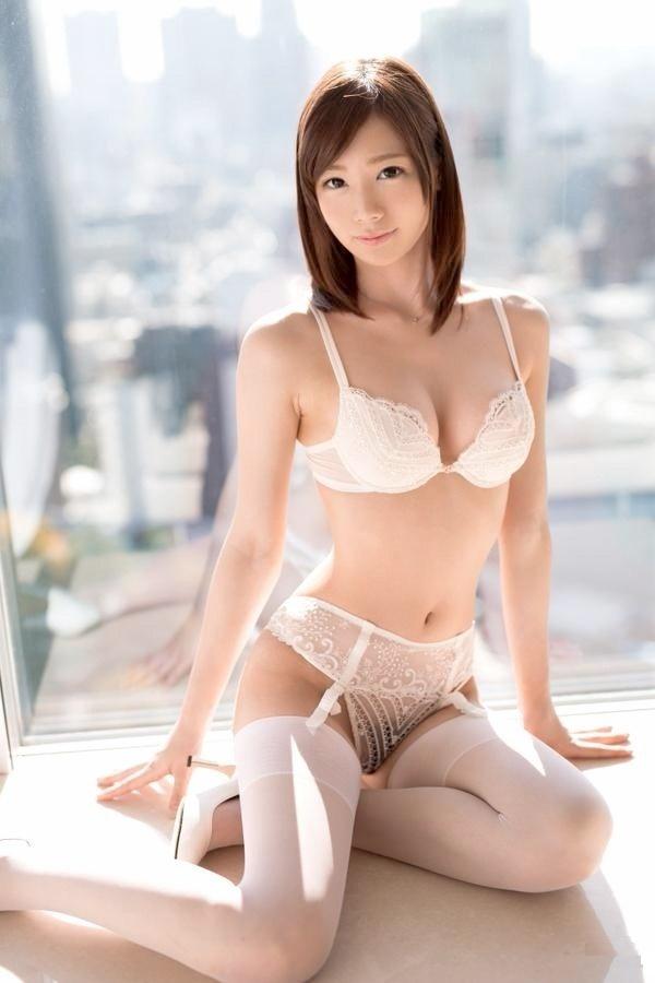 スレンダー美女の白の下着が堪らない!