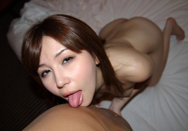 乳首を舐めてるエロい舌が堪らん!