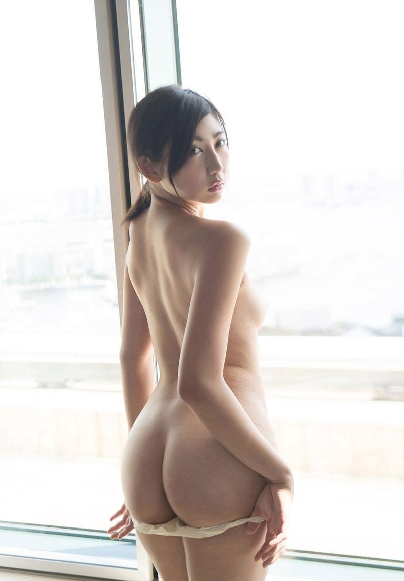 パンツを脱ぎかけた美女の美尻がエロすぎ!