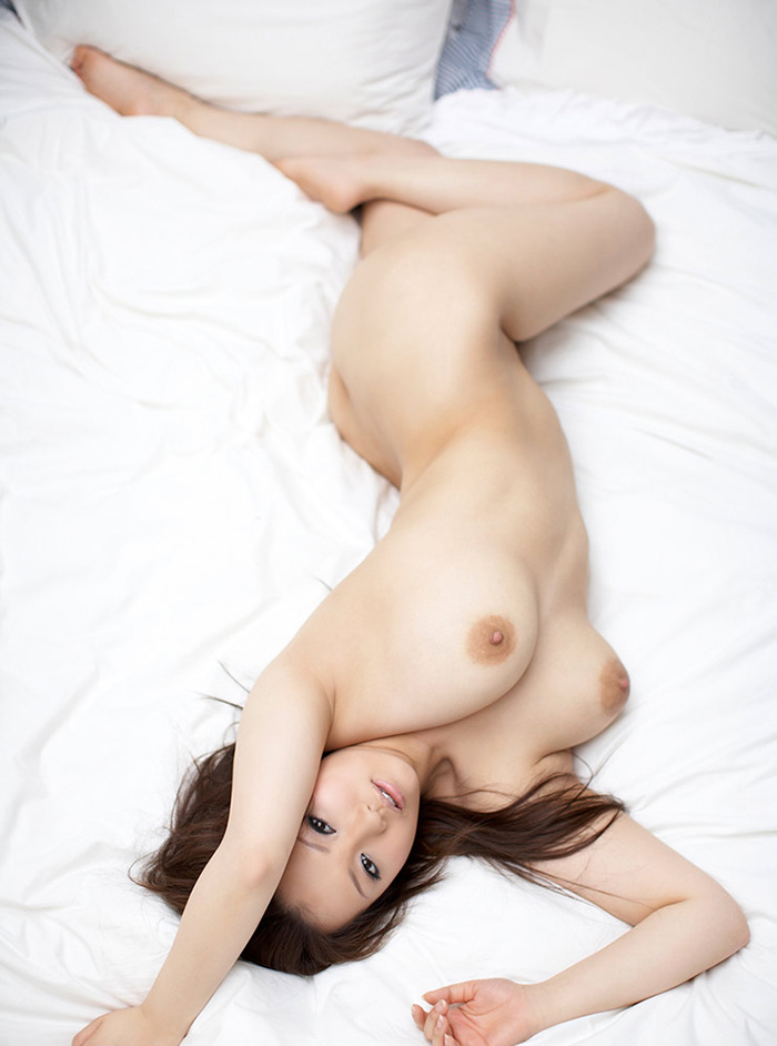 全裸美女がベットの上で!