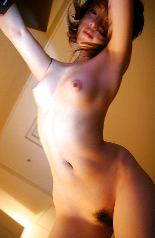 ローアングルで見る全裸が堪らない!