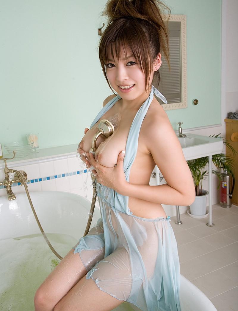 濡れスケ美女の巨乳に挟まれたい!