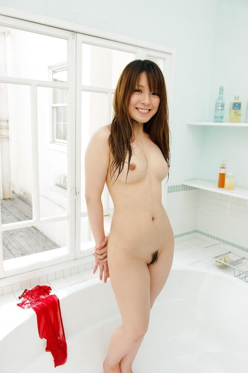 全裸で笑顔を見せる美女にキュンキュン!