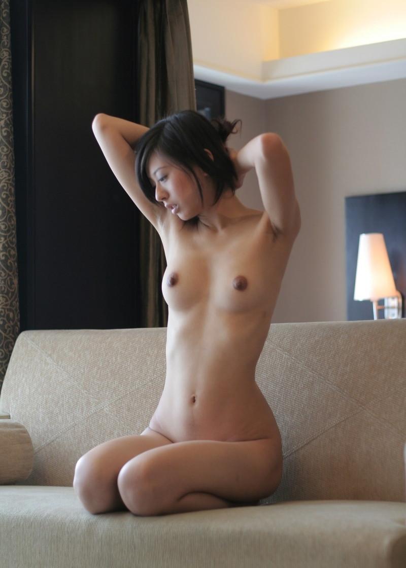 正座しながらの腕上げで綺麗な腋が…