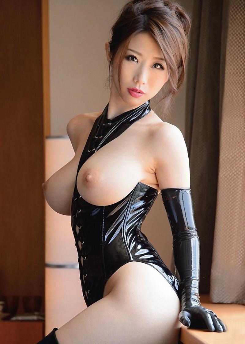 篠田あゆみさんの巨乳が飛び出したボンテージ!