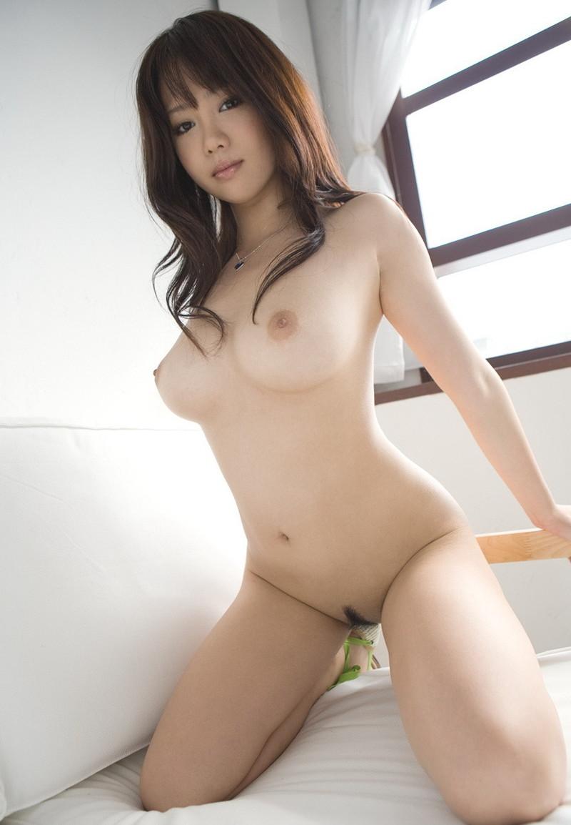 下から見る美女の全裸!