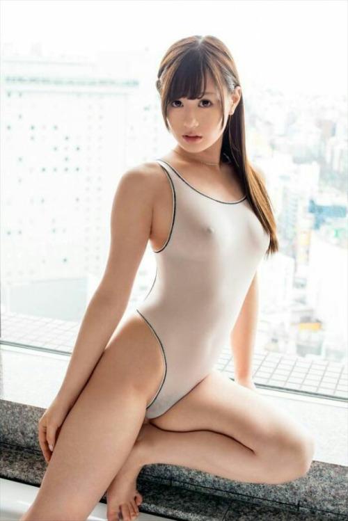 スケスケ白水着を着た美女がエロすぎて堪らない!
