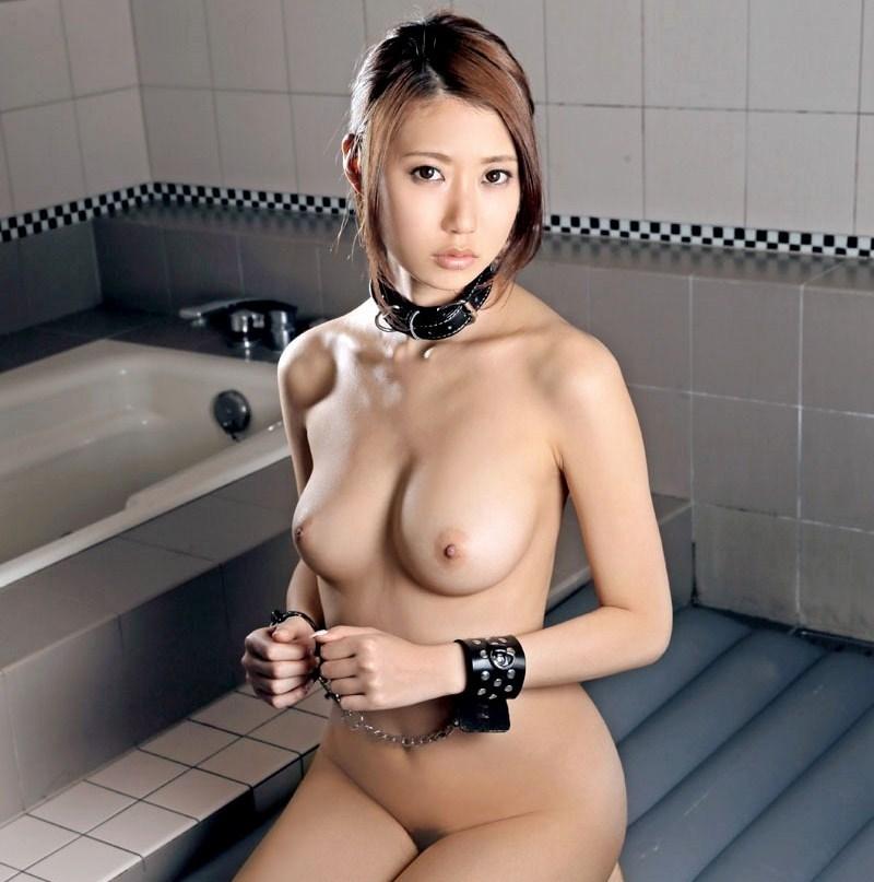 手錠と首輪を全裸で付けてる美女!