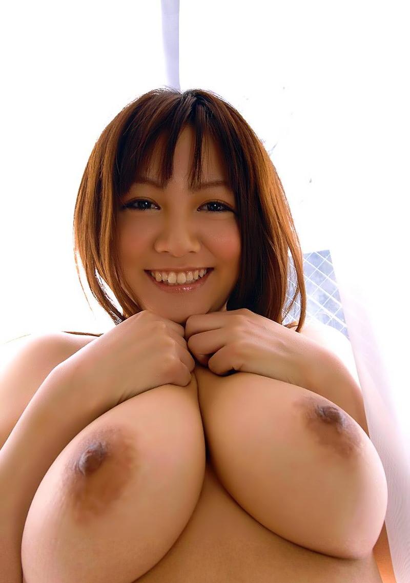 笑顔で巨乳を寄せるお姉さん!