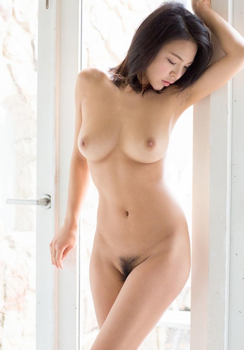 腋と巨乳がエロい全裸の美女!