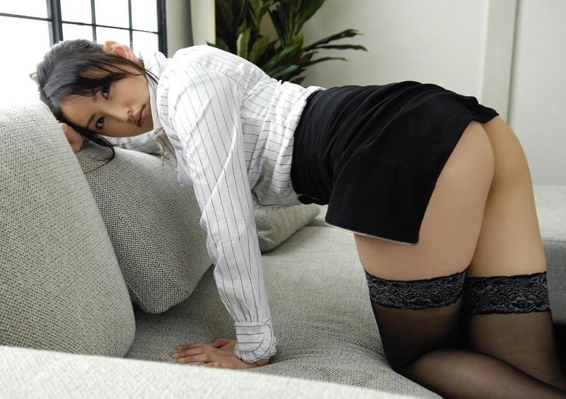 タイトスカートから見える美尻にムラムラ!