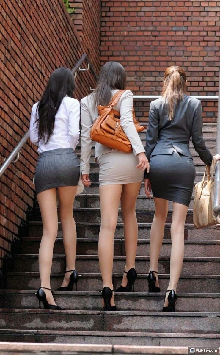 パツパツのタイトスカートから覗く美脚がエロすぎ!