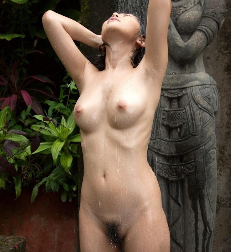 水を浴びてる美女の全裸!