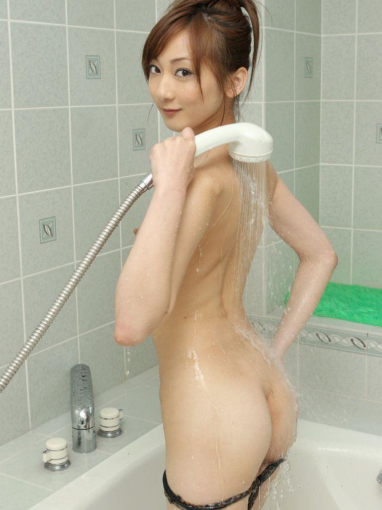 シャワーを浴びてる美女の美尻!