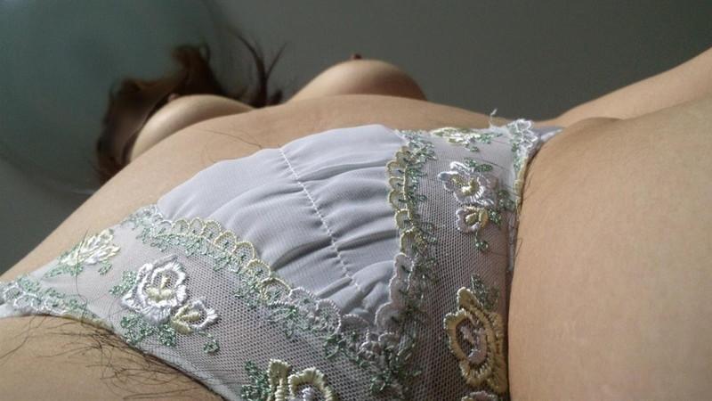 ローアングルで見る白いパンツ!