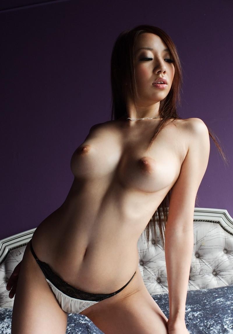 スレンダー美女の色っぽいトップレス姿!