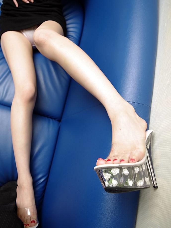 スレンダーな美脚がミニスカートから伸びる!
