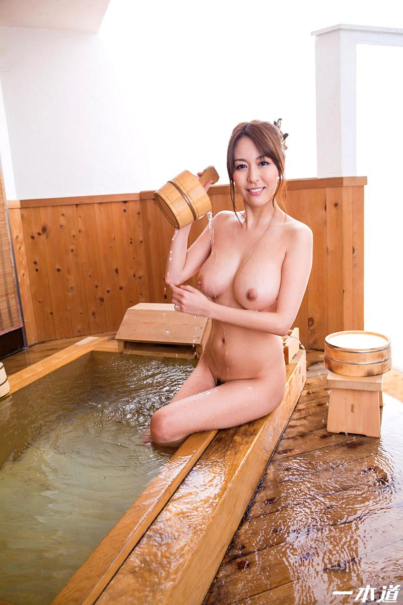 掛け湯する美熟女!